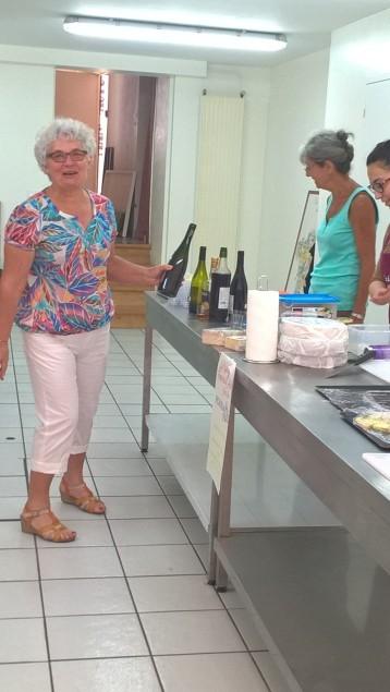Françoise Vannson de l'association de la Fourme d'Ambert en pleine préparation pour de savoureuses assiettes de fourme.