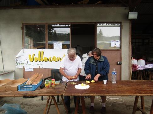 Vollorando et les Ateliers de la baraque d'Aubusson d'Auvergne assurent l'intendance, préparent les repas composés exclusivement des produits locaux